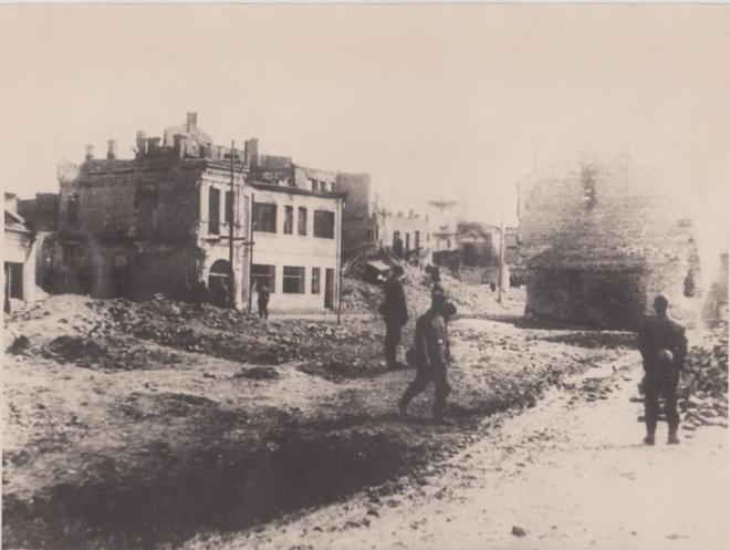 Вояки вермахту на фоні луцьких руїн