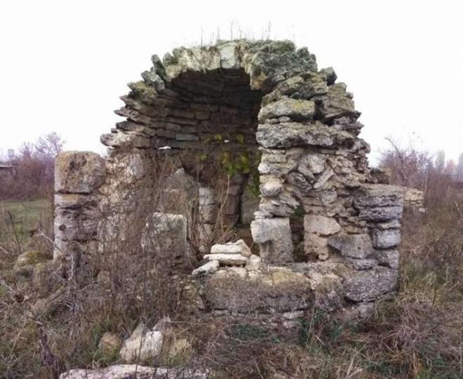 Руїни мавзолею в Малий Кісниці