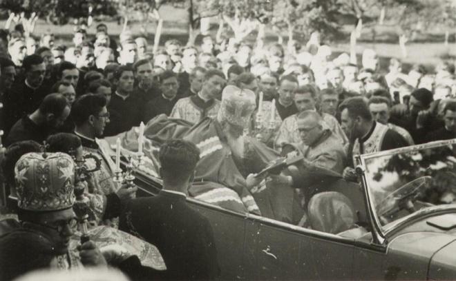Митрополит Андрей Шептицький в атомобілі