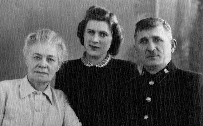 Олександра Радченко (ліворуч) із донькою та чоловіком