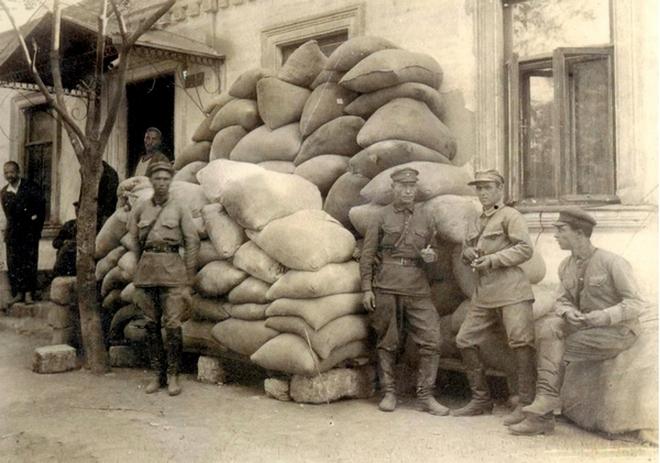 Міліціонери із відібраним у селян зерном, Херсонщина, 1932 р.