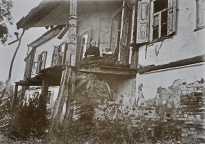 Дружина Панаса Мирного Олександра Рудченко у своєму будинку. 1930-ті роки
