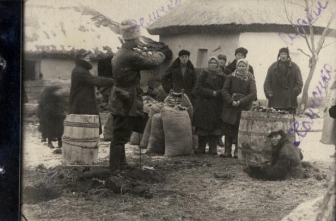 Представники комітету з вилучення зерна, Одещина, 1932 р.