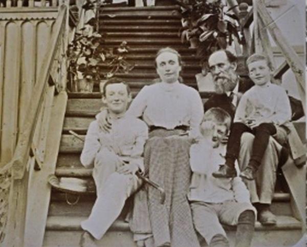 Панас Мирний з дружиною та дітьми. Кінець ХІХ -початок ХХ ст.